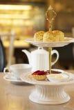 Scones et service à thé images stock