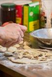 Scones faites maison de cuisson Images libres de droits