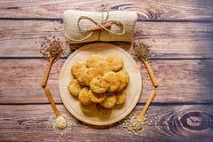 Scones fraîchement cuites au four d'un plat en bois avec différentes épices dessus photo libre de droits