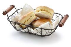 Scones hechos en casa en una cesta Imagen de archivo libre de regalías
