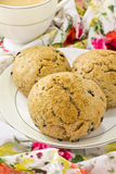 Scones ingleses del trigo integral con té Foto de archivo libre de regalías