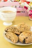 Scones ingleses do trigo inteiro com chá Imagem de Stock Royalty Free