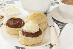 Scones med chokladspridning och kräm Royaltyfria Foton