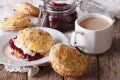 Scones met jam en thee met melk op de lijst horizontaal Stock Foto's