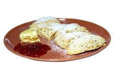 Scones mit Stau und Butter, selektiver Fokus, in der Platte mit Zuckerglasur lizenzfreie stockfotografie