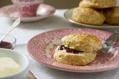 Sconeser för hemlagat bröd med varmt te, traditionella brittiska bakelser royaltyfri fotografi