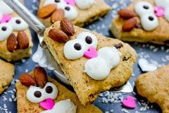 Sconeser för kakor för påskkaninen som dekoreras med kräm och mandlar som roliga kaniner, vänder mot fotografering för bildbyråer