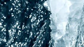Scongelamento del ghiaccio sull'orlo di un primo piano del ruscello della cascata con il suono stock footage