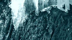 Scongelamento del ghiaccio sull'orlo di un primo piano del ruscello della cascata con il suono archivi video