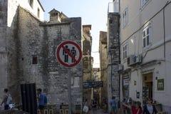 Sconosciuto segnale la vecchia città dentro spaccata Fotografia Stock Libera da Diritti