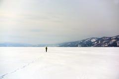 Sconosciuto solo in mezzo a neve bianca Fotografie Stock Libere da Diritti