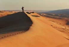 Sconosciuto sulla duna di sabbia fotografie stock