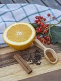 Scoo för halva orange kanelbruna kryddnejlikor för höstvinterstilleben trä Royaltyfri Fotografi