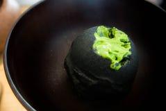 Scoop de couverture de crème glacée de matcha avec chacoal Photo libre de droits