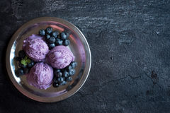 Scoop de crème glacée avec des myrtilles Photographie stock