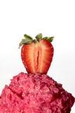 Scoop de crème glacée de fraise avec la demi fraise sur le dessus image stock