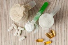 Scoop de protéine, bcaa et créatine, omega3 dans les pilules Photos stock