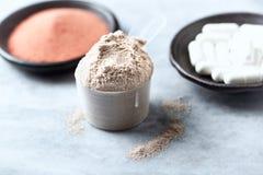 Scoop de protéine de lactalbumine, de capsules de Bêta-alanine et de poudre de créatine Nutrition de sport photo stock