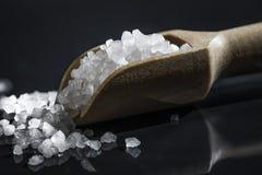 Scoop en bois des sels de Bath photographie stock libre de droits