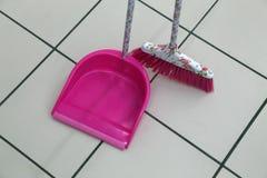Scoop et brosse pour nettoyer les lieux image stock