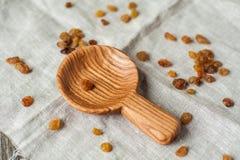 Scoop et raisins secs en bois photo libre de droits