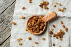 Scoop et raisins secs en bois image libre de droits