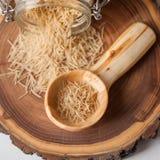 Scoop et vermicellis en bois image stock