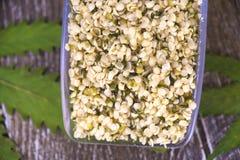 Scooper avec un groupe de graines de chanvre comestibles décortiquées Photographie stock