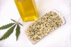 Scooper avec un groupe de graines de chanvre comestibles décortiquées Photo libre de droits