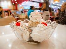 Scoops de crème glacée avec la cerise Photographie stock