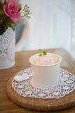 Scoops de crème glacée dans la cuvette Images libres de droits