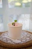 Scoops de crème glacée dans la cuvette Image libre de droits