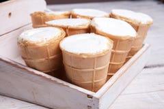 Scoops de crème glacée dans la tasse de gaufre Crème glacée dans une gaufre sur le bois blanc et le fond bleu Crème glacée délici Photos libres de droits