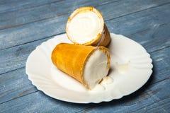 Scoops de crème glacée dans la tasse de gaufre Crème glacée dans une gaufre sur le bois blanc et le fond bleu Crème glacée délici Photographie stock libre de droits