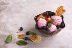 Scoops de crème glacée de fraise Images libres de droits