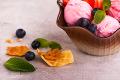 Scoops de crème glacée de fraise Photos libres de droits