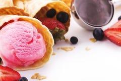 Scoops de crème glacée de fraise et cônes de gaufrette Photos stock