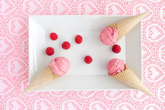 Scoops de crème glacée de framboise dans les cônes du plat Image libre de droits