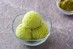 Scoops de crème glacée de matcha de thé vert dans la cuvette en cristal Photo stock