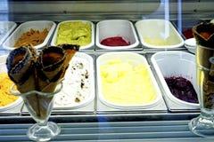 Scoops de crème glacée - saveurs assorties photo stock