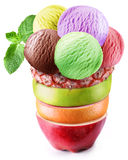 Scoops de glace en verre fruité. photos stock