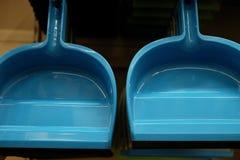 Scoops en plastique de ménage dans le magasin photographie stock libre de droits