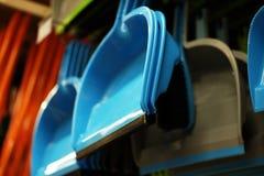 Scoops en plastique de ménage dans le magasin image stock