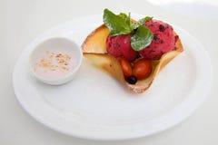 Scoops rouges de crème glacée avec la cuvette de gaufrette photo stock