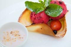 Scoops rouges de crème glacée avec la cuvette de gaufrette photo libre de droits