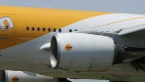 Scoot авиакомпании Боинг B777 приземляясь к Narita сток-видео
