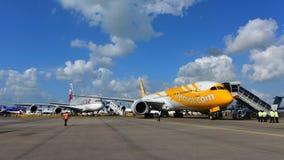 Scoot Boeing 787 Dreamliner devant Qatar Airways Airbus A380 à Singapour Airshow Image libre de droits