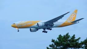 Scoot Boeing 777-200 som landar på den Changi flygplatsen Arkivbilder