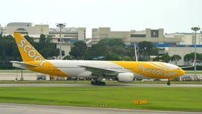 Scoot low costbäraren Boeing 777-200 som åker taxi Royaltyfri Bild