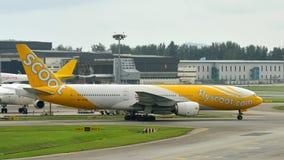 Scoot low costbäraren Boeing 777-200 som åker taxi på den Changi flygplatsen Fotografering för Bildbyråer
